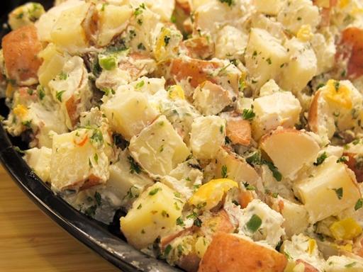 Fenséges, füstölt sajtos burgonyasaláta az ünnepi asztalra