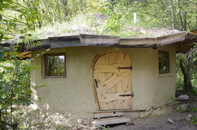 """Magyarországi """"hobbitházban"""" nomádként találta meg a boldogságot a fiatal belga pár"""