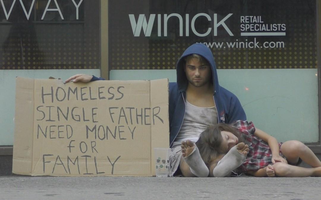 Vajon a drogosnak vagy a gyermekét egyedül nevelő apának adnak több pénzt az emberek?
