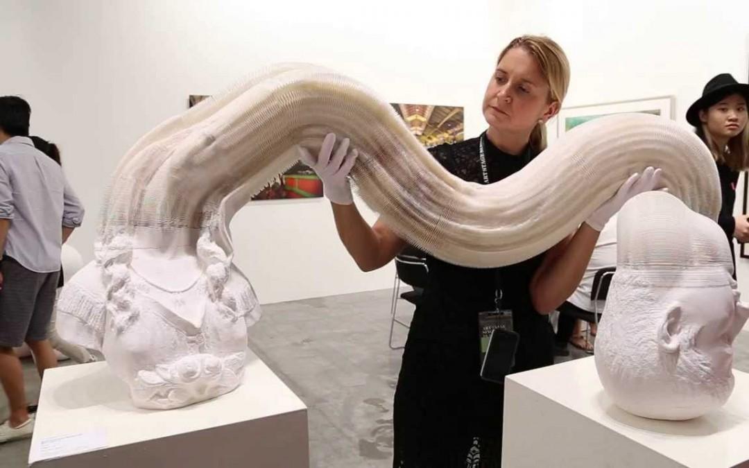Hihetetlen! Abból amit ez a nő a kezében tart, pillanatokon belül gyönyörű szobor lesz!