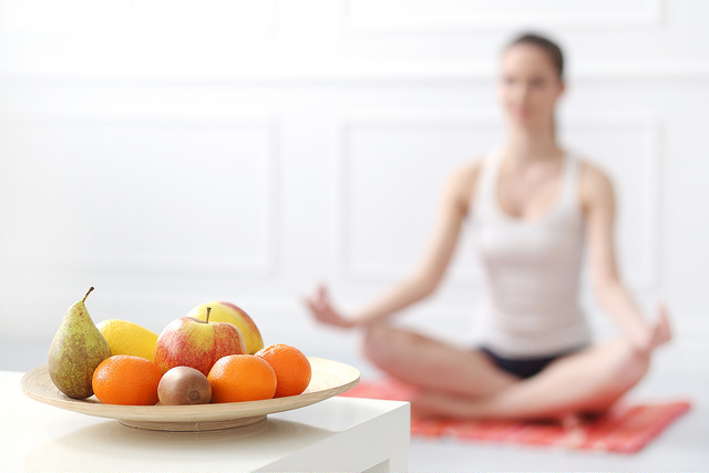 Jóga és a táplálkozás: Hogyan hatnak az ételek a testre és az elmére?