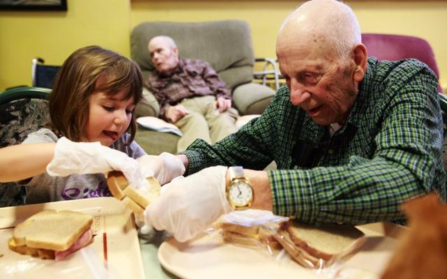 Óvoda az idősek otthonában? A gyerekek és az idősek is boldogabbak, mint valaha…