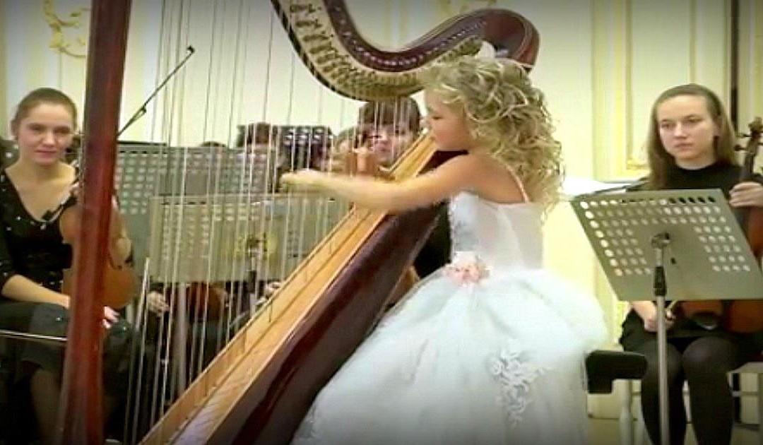 Nagyobb a hangszer, mint ő maga – 10 évesen is csodálatos hangokat csal elő a hárfából