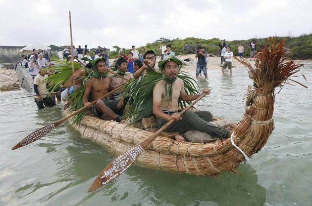 Őrült útra vállalkoztak japán kutatók, sáslevélből készült csónakokon