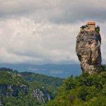 23 éve él ennek a sziklaoszlopnak a tetején egy grúz szerzetes