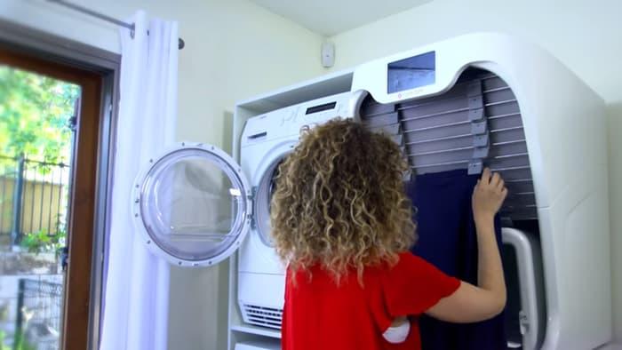 Így működik a gép, ami kivasalja és összehajtja helyetted a ruhát
