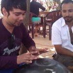 Így játszik a hang dobon egy igazi indiai